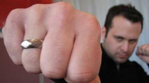 Обручальное кольцо на мужчине