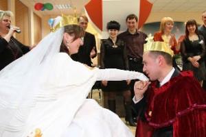 tamada-na-svadbu-kakoj-on-dolzhen-byty
