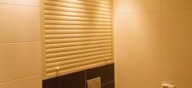 Рольставни для санузла - один из способов скрыть трубы за туалетом