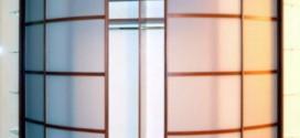 Необычное дизайнерское решение для интерьера - радиусный шкаф купе